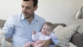 Männer sollen bezahlten Vaterschaftsurlaub erhalten. Über die Dauer wird noch gestritten. (Archivbild)