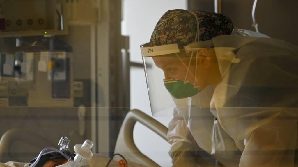 Eine Krankenschwester betreut auf der Intensivstation des North Memorial Health Hospital einen COVID-19-Patienten. Foto: Aaron Lavinsky/Star Tribune/AP/dpa