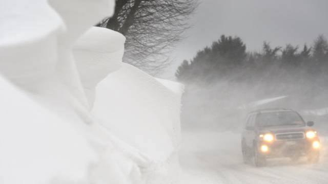 Gewaltige Schneeverwehungen in Denens im Kanton Waadt