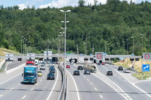 Die A1 ist die meistbefahrene Autobahn der Schweiz.Denn wenige Kilometer westlich wird die A1 aus Richtung Bern mit der A3 (Richtung Basel) zusammengeführt.