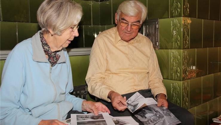 Pia und Erich Bolliger schauen sich auf dem Kachelofen die Fotos von früher an. Aline Wüst