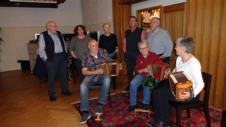 Spontan zusammengestellte Formation mit Sängerinnen, Jodlern und Schwyzerörgeler -Spielerinnen und Spieler.