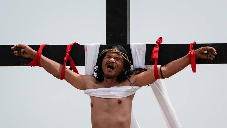 Blutige Karfreitagszeremonie mit Volksfestcharakter: In San Pedro Cutud auf den Philippinen lassen sich gläubige Christen kreuzigen.