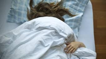 Jede vierte Person hat Probleme mit dem Einschlafen, erwacht vorzeitig oder mehrmals in der Nacht (Symbolbild)