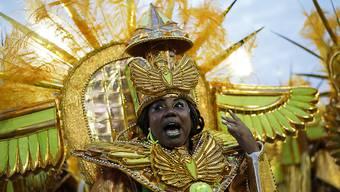 Ein Mitglied der Sambaschule Mocidade an der Abschlussparade beim Karneval von Rio de Janeiro.