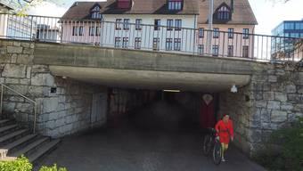 Der Stadtrat lehnt einen Kauf der Gesamtüberbauung Winkel (oben im Bild) oder auch nur der Unterführung (unten im Bild) derzeit ab, um die Verbindung zwischen den beiden Stadtseiten velofahrtauglich zu machen.