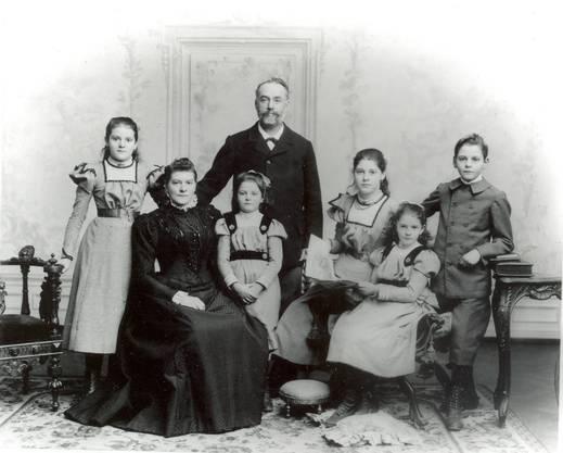 Familienfoto der Familie Duttweiler. Gottlieb (rechts) hatte drei Schwestern. Sein Vater, der beim Lebensmittelverein Zürich gearbeitet hatte, verstarb bereits 1906.