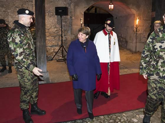 Die Standarte ging vom scheidenden Armeechef Philippe Rebord (rechts) via Verteidigungsministerin Viola Amherd an den neuen Armeechef Thomas Süssli (links).