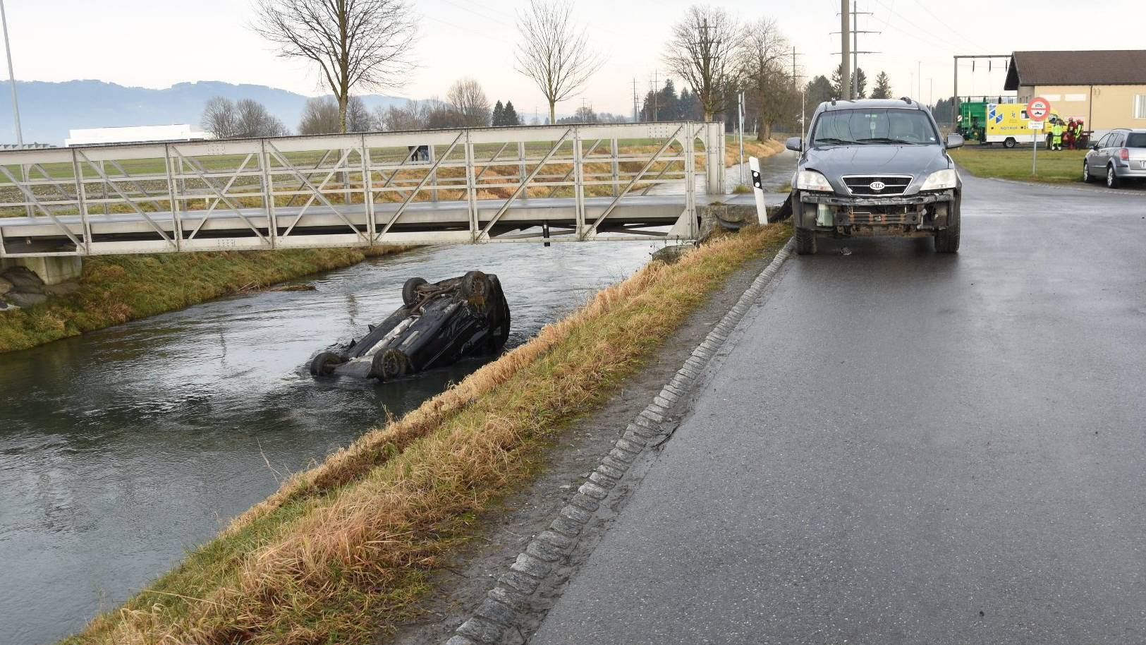 In Oberriet stiess ein Auto ein anderes in den Binnenkanal.