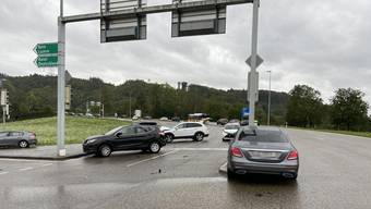 Mehrere Autos wurden schwer beschädigt.