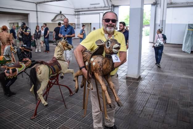 Bei 1100 Franken gab es für Roman Lindemann den Zuschlag für das aus Holz geschnitzte Bambi.
