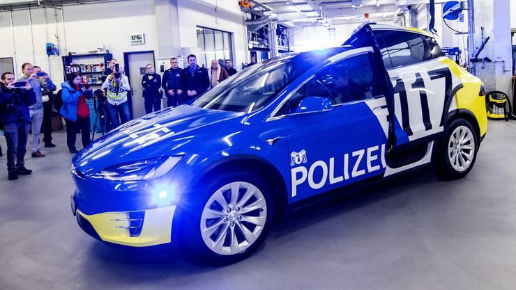 Nach all den Negativschlagzeilen: Der neue Tesla der Basler Polizei wird vorgestellt