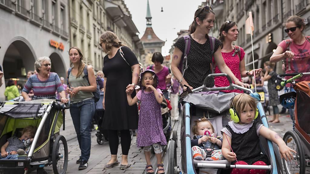 Tausende Frauen marschierten am Tag des Frauenstreiks Mitte Juni auch für bessere Bedingungen bei der Kinderbetreuung durch die Innenstadt. (Archivbild)