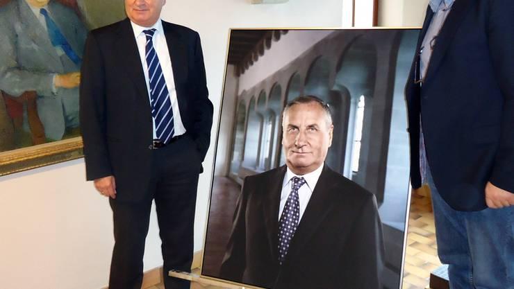 Stadtammann Hans Huber mit dem offiziellen Porträt und Fotograf Hannes Kirchhof im Rathaus; links das Ölbild von Adolf Hirt (Stadtammann von 1932 bis 1961). Fritz Thut