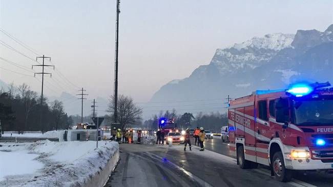 Ein Kleinbus geriet auf der Autobahneinfahrt bei Maienfeld ins Schleudern