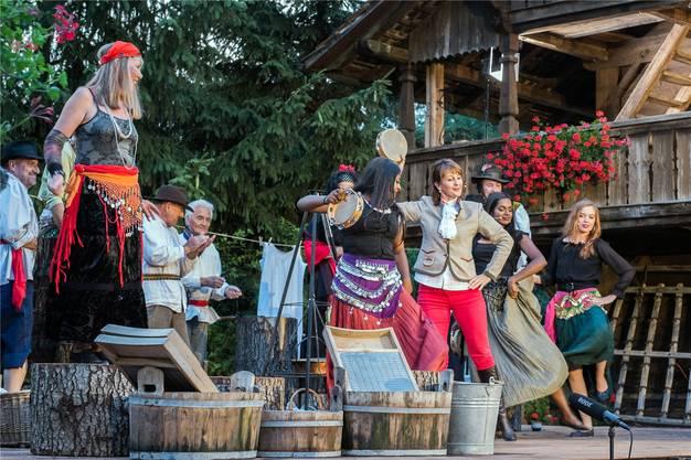 Tanzende Zigeunerinnen im zweiten Akt der Collage «Das Wirtshaus Zur SpassArt» bei der Wirtschaft Niesenberg.