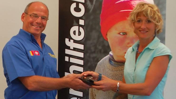 Militärdirektorin Susanne Hochuli überreicht Georges Brogle von der Rumänienhilfe Wegenstetten symbolisch eine der 280 Armeebrillen.HOT
