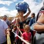 57 Prozent der Venezolaner wollen ihre Heimat schnellstmöglich verlassen, wie diese Frau mit ihrer Tochter. Keystone