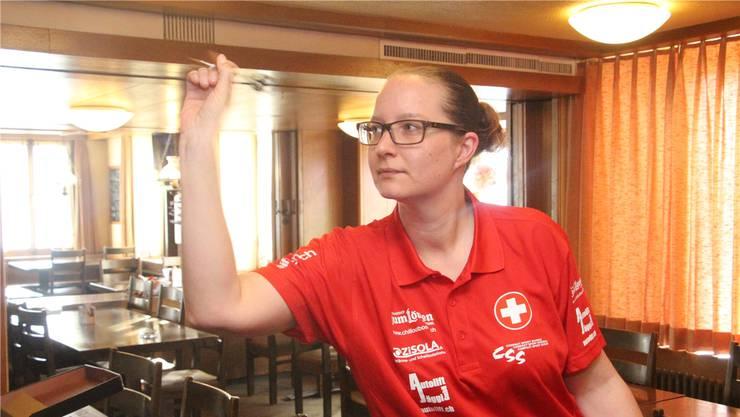 Mit Konzentration und Körperbeherrschung leitet Sharita Dätwyler ihren Pfeil in Richtung Ziel. Peter Weingartner