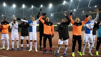 Spieler der Grasshoppers jubeln über den Heimsieg gegen den St. Gallen, aber auch über das Ja zum Stadion an der Abstimmung vom Sonntag.