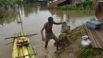Bei den schweren Monsun-Unwettern in Südasien sind bisher mehr als 350 Menschen ums Leben gekommen. In Indien erwischte es die nordöstlichen Bundesstaaten Bihar und Assam (im Bild) am schlimmsten. Je sechs Millionen Menschen waren in beiden Staaten von den Fluten betroffen. (Archivbild)