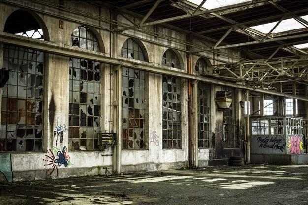 Zerbrochene Scheiben in den grossen Fabrikfenstern