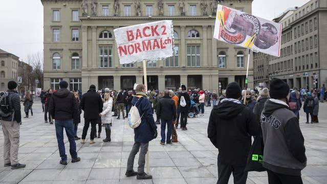 Demonstrierende am Samstag in Bern auf dem Bundesplatz bei der unbewilligten Demo gegen die Coronamassnahmen.