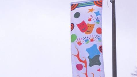 Eine der von Kindern gestalteten Fasnachtsfahnen.
