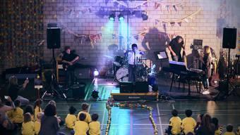Farbtupfer im grauen Himmel: Wegen Corona fand die Einweihungsfeier im Büel A nur im kleinen Rahmen der Schule statt.