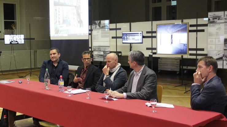Von links: Ivo Hasler (Architekt), Lorenz Eugster (Landschaftsarchitekt), Moderator Axel Simon, SIA-Präsident Stefan Cadosch und Andreas Engweiler (Baugenossenschaft Kraftwerk 1) diskutierten in der alten Turnhalle.