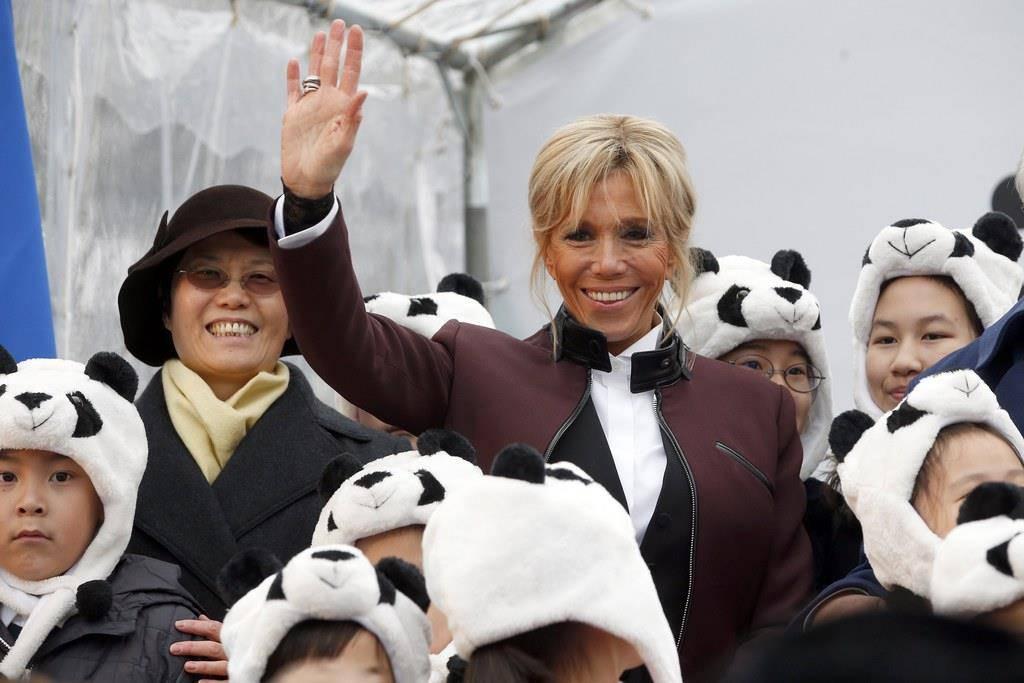 Brigitte Macron ist umgeben von Kindern, die sich als Panda verkleidet haben. (© Keystone)