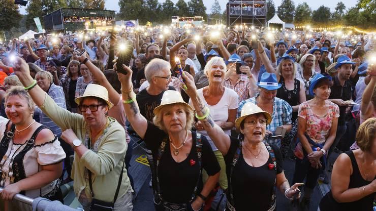 VolksSchlager OpenAir 2018 auf dem Heitere Zofingen: Das Publikum zeigte sich in bester Stimmung und war bei allen Konzerten voll dabei. Lichter brennen lassen für Nik P.