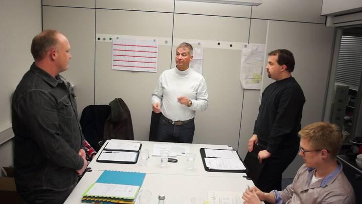 Gemeindepräsident Manfred Küng (Mitte), hier bei der Vereidigung von Gemeinderäten, kann in seinem ersten Amtsjahr noch keine schwarzen Zahlen vorweisen.