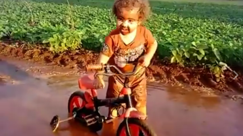Dieses Kind im Dreck geht gerade viral.