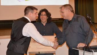 Stefan Grunder (rechts) und Ingo Anders (Mitte) danken Christoph Aebi, dass er nach dem Rücktritt die Geschäfte ad interim führte.