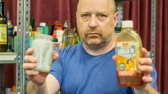 Die Shakespeare-Darsteller sind Flaschen und andere Gegenstände: Regisseur und Theaterleiter Tim Etchells mit Lady Macbeth (l.) und Macbeth (r.), einem Leinsamenöl, in den Händen. Kenneth Nars