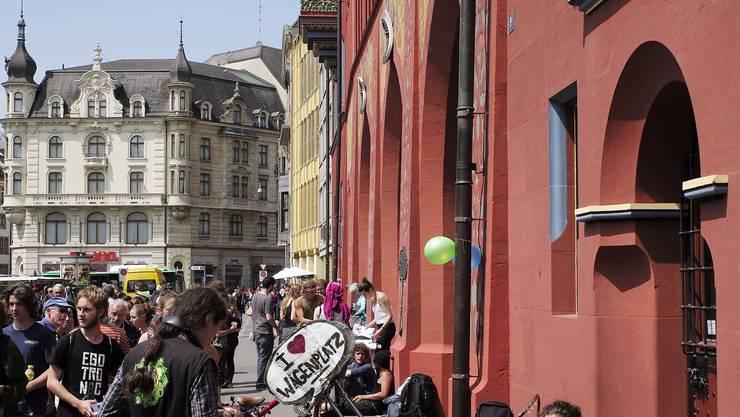 Rund 50 Wagenplatz-Sympathisanten fanden sich zu einem kleinen Happening vor dem Rathaus ein.
