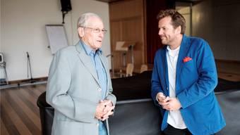 Jürg Randegger (l.) und Produzent Christian Jott Jenny zu Besuch im Singsaal des Hofacker-Schulhauses. Mario Heller