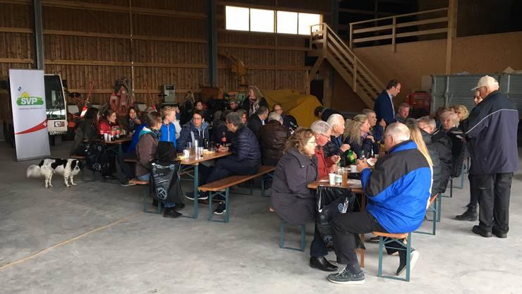 Zahlreiche Besucher und Besucherinnen am Anlass der SVP Dietikon