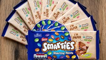 Der Riss vor dem Biss: Die Verpackung der Smarties-Schokoladentafeln besteht neu nicht mehr aus Plastik sondern aus neuartigem Papier.