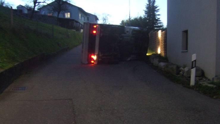 Der umgekippte Lieferwagen auf der Füllinsdorferstrasse in Giebenach.