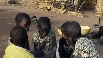Kinder essen gemeinsam aus einer Schüssel in Niger