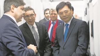 Der chinesische Botschafter Ken Wu zu Besuch im Datacenter.
