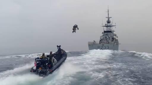 Bis zu 88 km/h: Marinesoldaten fliegen im Düsenjet-Anzug übers Meer