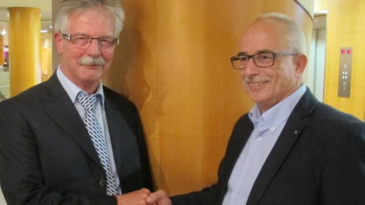 Kreisschulpräsident Beat Nützi (rechts) dankt Schuldirektor Hanspeter Aebischer, der auf Ende Schuljahr in Pension geht.