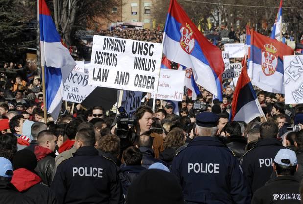 Die Serben protestieren gegen die Loslösung ihrer Provinz Kosovo.