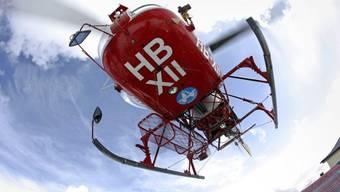 Helikopter der Air Zermatt bei einem Rettungseinsatz (Symbolbild)