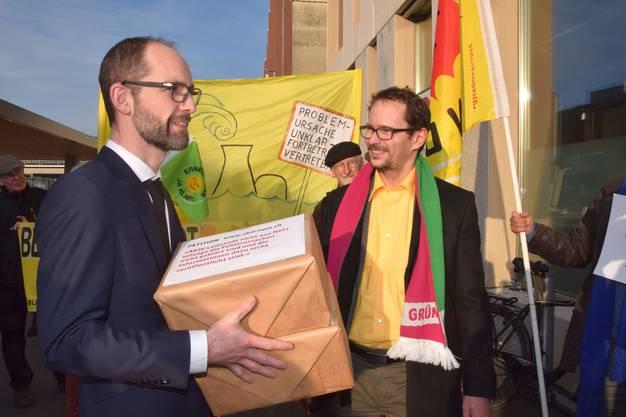 Klar ist das Anliegen, freundlich der Umgang - Grünen-Nationalrat Balthasar Glättli (rechts) übergibt die Unterschriften an Sebastian Hueber