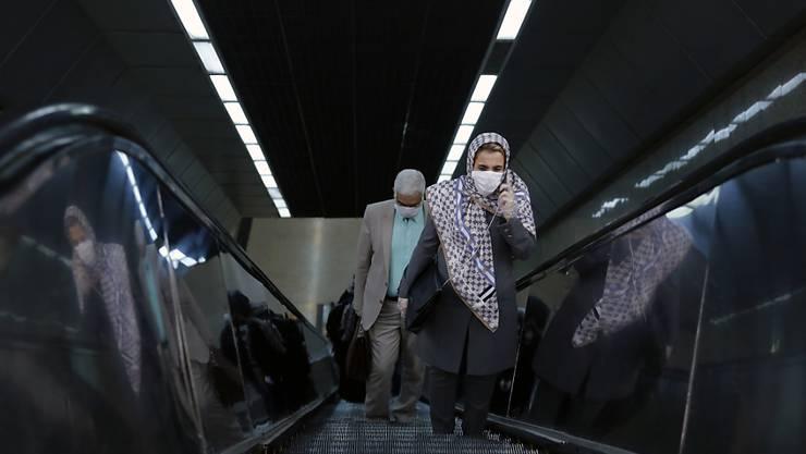 Trotz Lockerungen der Corona-Massnahmen bleiben die Iraner daheim: Szene aus der U-Bahn in Teheran.