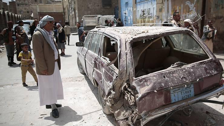 Beschädigtes Fahrzeug nach einem saudi-arabischen Luftangriff auf Jemens Hauptstadt Sanaa. Laut der Entwicklungsorganisation Oxfam bahnt sich im Bürgerkriegsland eine humanitäre Katastrophe an.